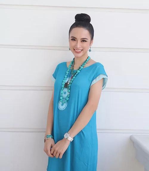 Angela Phương Trinh mặc giản dị vẫn đẹp.