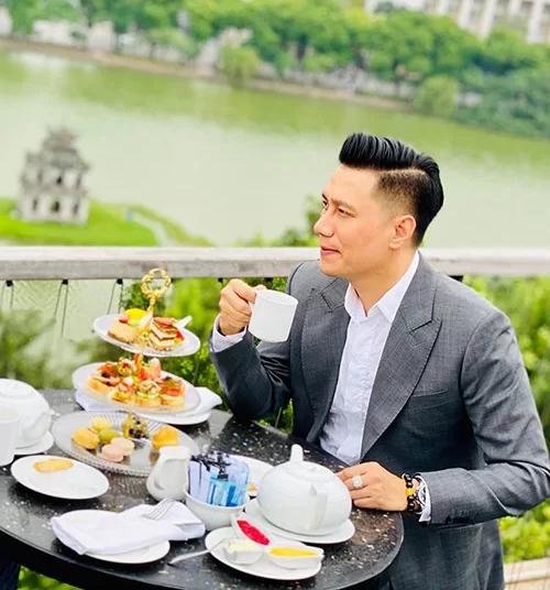 Việt Anh khoe góc nghiêng hậu phẫu thuật thẩm mỹ.