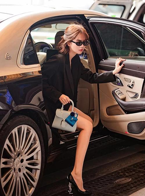 chi hơn 6.000 USD để sở hữu cặp túi Brillant tông xanh pastel và xanh dương đậm của Delvaux.