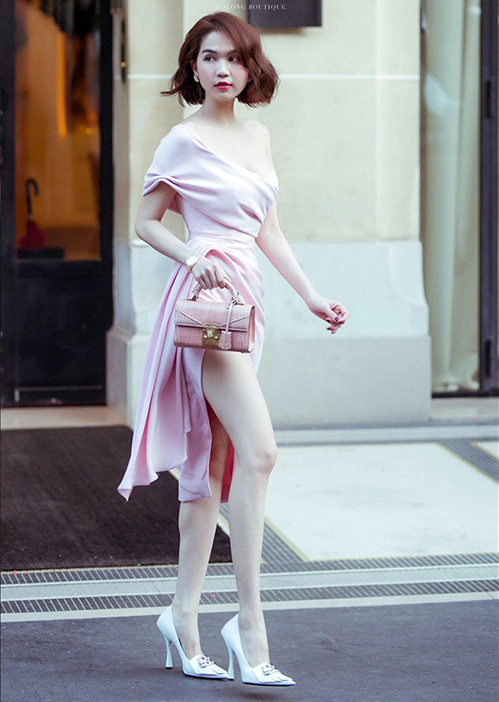 Ngọc Trinh là sao Việt nhanh tay bắt sóng xu hướng túi xách xa xỉ mới này. Cô mới sắm một chiếc màu hồng da đà điểu, có giá khoảng 255 triệu đồng.