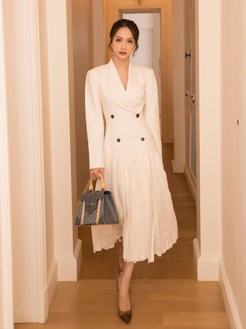 Hoa hậu Hương Giang chịu chơi sắm một lúc hai chiếc túi Goyard nhân chuyến sang Paris dự tuần lễ thời trang. Các thiết kế Saigon của cô có màu sắc trung tính, được cô dùng cả đi tiệc và ra phố.