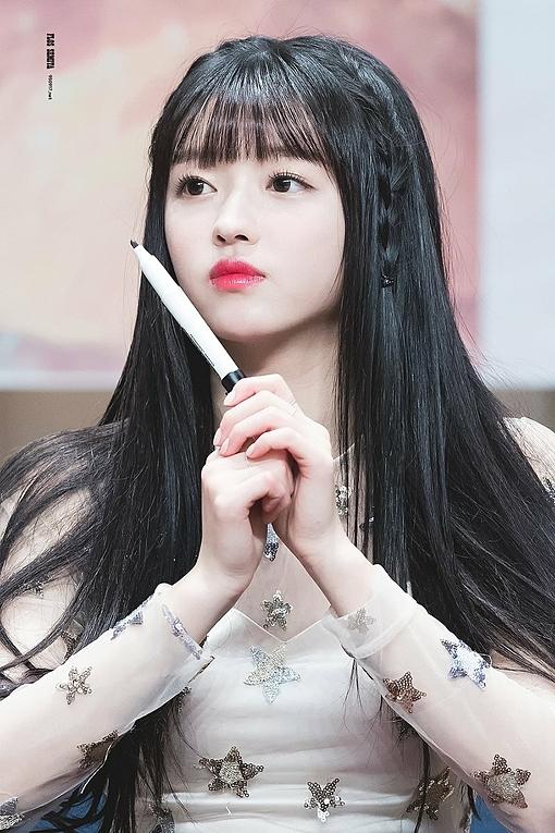 YooA thu hút sự chú ý nhờ vẻ ngoài xinh xắn như búp bê: da trắng, mặt tròn, mắt to, đôi môi nhỏ nhắn.
