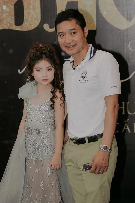 <p> Danh thủ Hồng Sơn rất ủng hộ con gái theo đuổi nghệ thuật. Ở bất kỳ sự kiện nào, nếu không có công việc bận anh sẵn sàng ''tháp tùng'' con gái.</p>