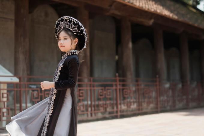<p> Hồng Sơn chia sẻ con gái út nhanh nhẹn, hoạt bát, yêu thích hoạt động nghệ thuật nhất trong ba người con.</p>