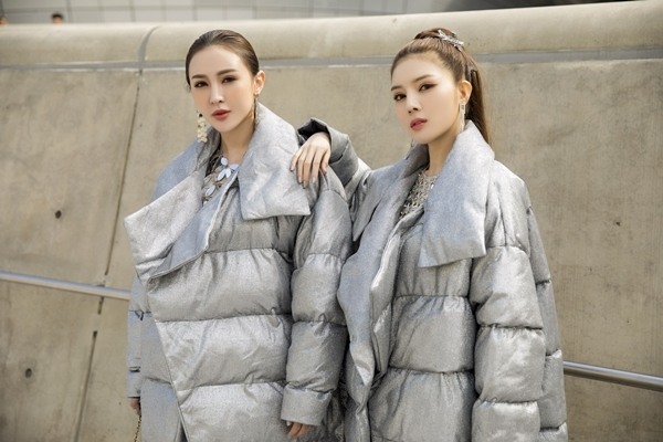 Chọn màu bạc và ánh kim làm chủ đạo, Kelly và Lilly Luta mix váy lấp lánh bên trong, khoác bên ngoài áo phao.