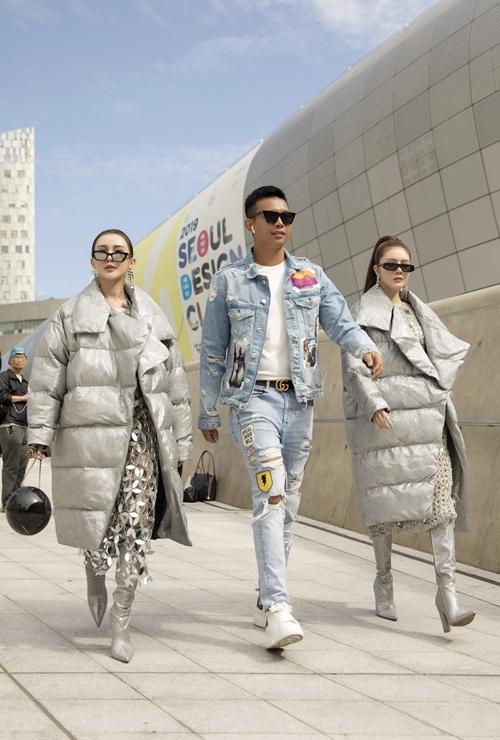 Đồng hành cùng Kelly - Lilly Luta trong lần đến Seoul Fashion Week này còn có NTK Đỗ Long. Anh diện cây denim đơn giản phối cùng phụ kiện là thắt lưng Gucci.