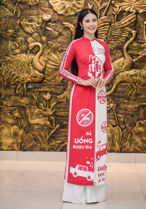 ôm 16/10 vừa qua, người đẹp tiếp tục được Hội Liên hiệp Phụ nữ Việt Nam tin tưởng giao cho vai trò đại sứ của chương trình 'Phụ nữ với An toàn giao thông' lần II. Đây là năm thứ hai liên tiếp Hoa hậu Việt Nam 2010 có được vinh dự này.