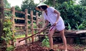 H'Hen Niê cuốc đất, bón phân ở quê