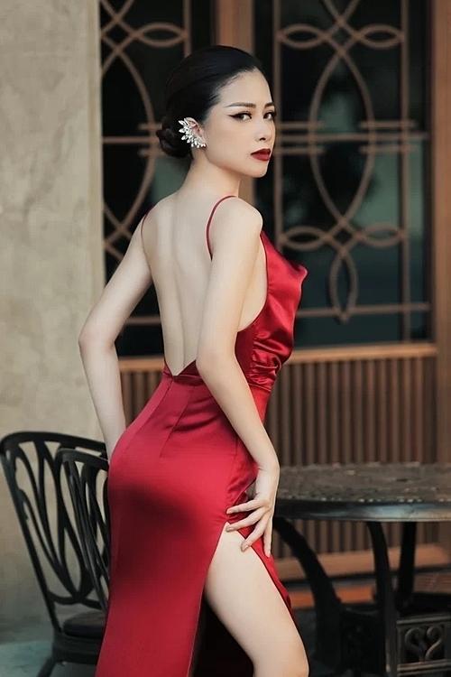 Cô khoe lưng trần, chân thon trong những thiết kế mới nhất của NTK Vân Anh Scarlet.