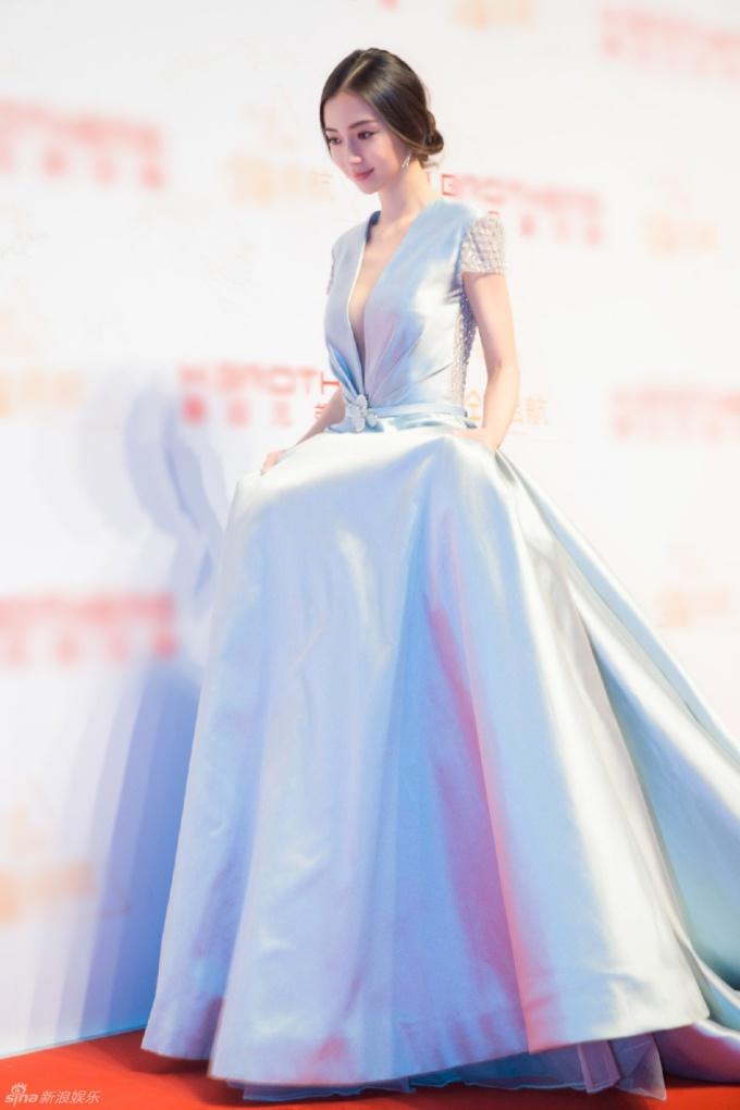 <p> Angelababy cũng diện thiết kế khoét cổ đến eo khoe vòng một lấp ló.</p>