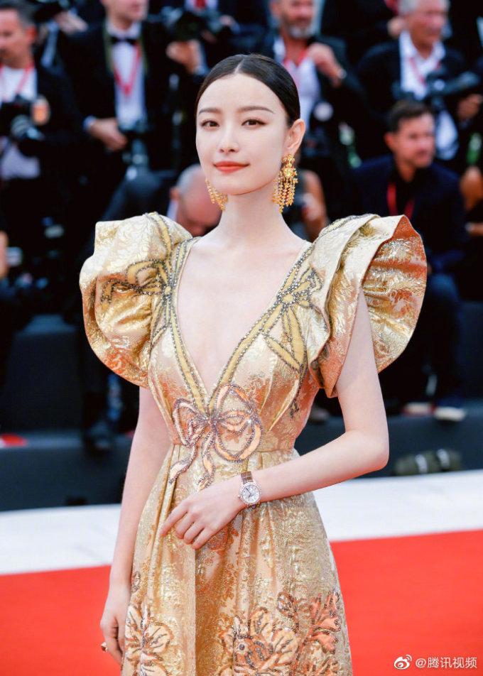 <p> Cô diện đầm xẻ sâu hút màu vàng ánh kim với thần thái quyền lực tại thảm đỏ LHP Cannes 2019.</p>
