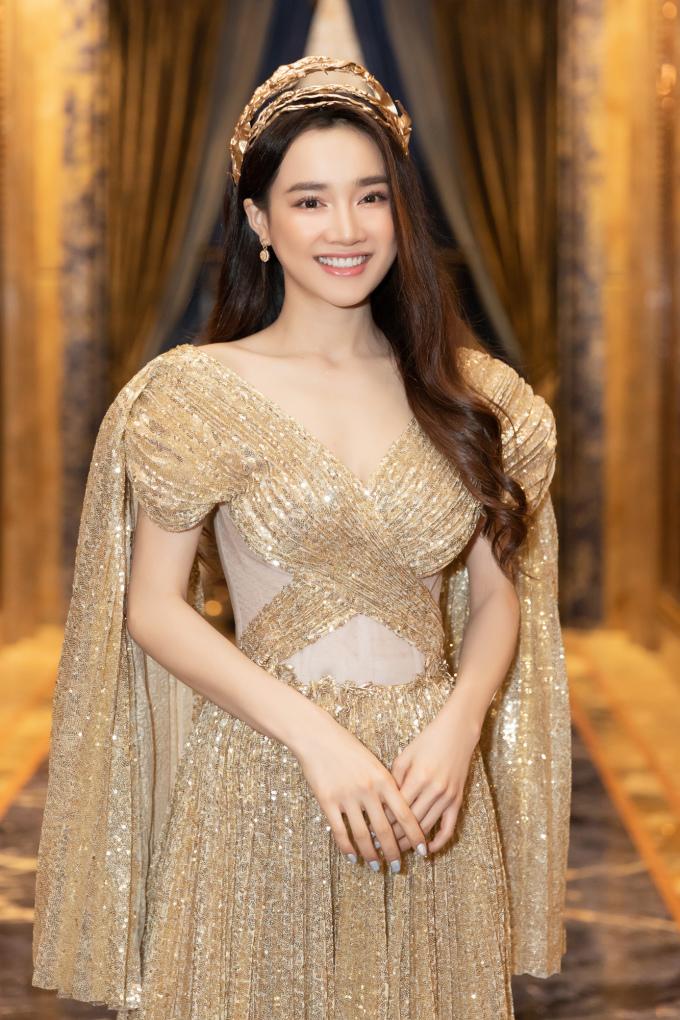<p> Diễn viên Nhã Phương rạng rỡ với trang phục và phụ kiện cầu kỳ.</p>