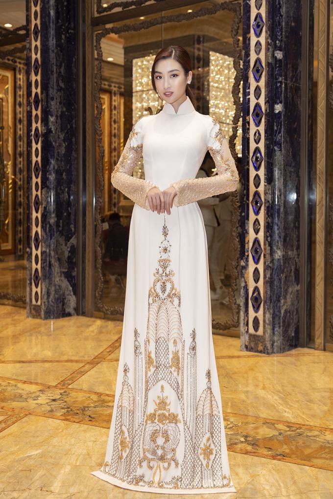 <p> Hoa hậu Đỗ Mỹ Linh chọn áo dài với hoa văn nổi bật.</p>