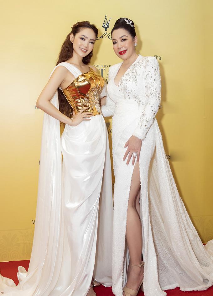 """<p> Các người đẹp tham dự buổi ra mắt BST """"Goddess of the star"""" (Nữ thần của những vì sao). Minh Hằng diện váy quét sàn chụp ảnh cùng NTK Linh San.</p>"""