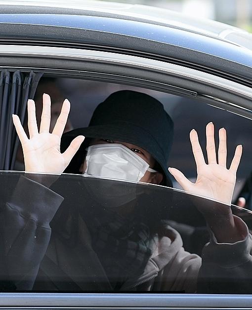 Khi lên xe ra về, cô vẫn vẫy chào trấn an người hâm mộ.