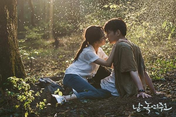 Mi Ran tiến tới trao Dong Chan nụ hôn dưới mưa.
