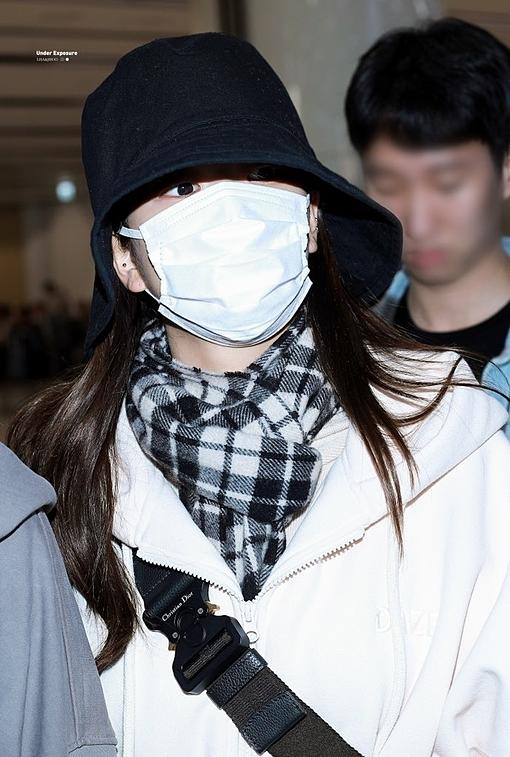 Mặc dù không khỏe, Ji Soo vẫn nhìn thẳng vào ống kính của người hâm mộ và nói lời chào với fan. Từ khóa #JiSoo và #WeLoveYouJiSoo vào top trend nhiều quốc gia.