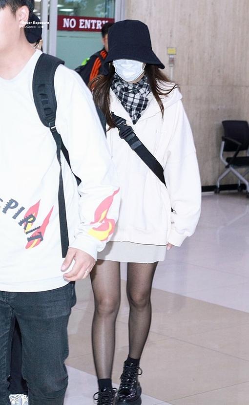 Ji Soo đội mũ bucket, đeo khẩu trang kín mít. Nữ idol xuất hiện trong tình trạng sức khỏe không tốt.