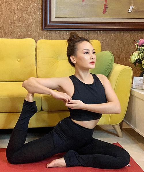 Bảo Thanh tự tập yoga ở nhà để giữ sức khỏe.