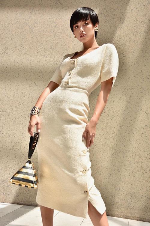 Người đẹp Hà thành sở hữu không ít túi Chanel dạng hiếm,như  hình kim tự tháp màu metallic vàng – đen giá 3.600 USD (83,7 triệu đồng) thuộc bộ sưu tập Métiers dart 2018/19