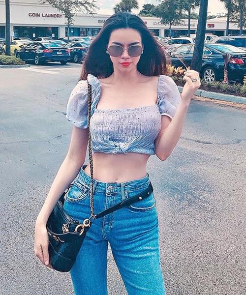 Diện quần rộng lưng đang là xu hướng được nhiều sao Việt yêu thích gần đây. Cách mặc đồ tưởng như lỗi thời trang nhưng thực tế giúp các mỹ nhân khoe vòng eo siêu nhỏ. Hà Hồ mặc chiếc quần jeans vừa khít phần hông, chân, chỉ có cạp quần là rộng thênh để tôn lên bụng phẳng lỳ.