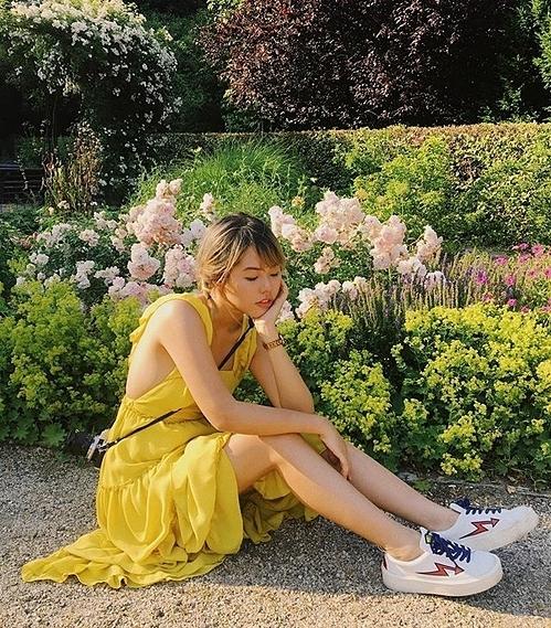 Không có chiều cao chuẩn mẫu, Rose biết cách sử dụng trang phục để giúp mình trông cao ráo hơn. Nữ nhiếp ảnh gia đặc biệt chuộng mặc suit, váy dài đến bắp chăn, áo thun cùng chân váy ngắn...