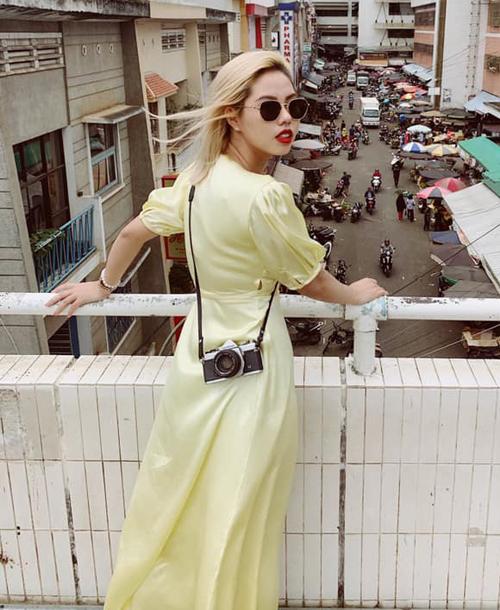 Nếu như phụ kiện thường được Rose ưu tiên các thương hiệu quốc tế, với trang phục thường ngày, cô nàng chuộng hàng thiết kế trong nước, vừa không quá đắt đỏ lại vừa hợp vóc dáng, phong cách của cô.