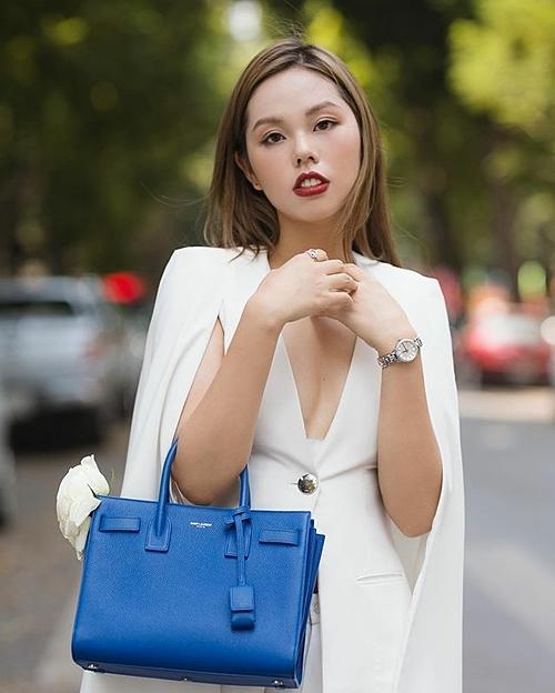 Ở đời thường, cô gái 23 tuổi có phong cách thời trang hút mắt. Cô cho biết style yêu thích của mình là thanh lịch nhưng vẫn chic, toát lên nét hiện đại pha chút cổ điển đậm chất Tây phương.