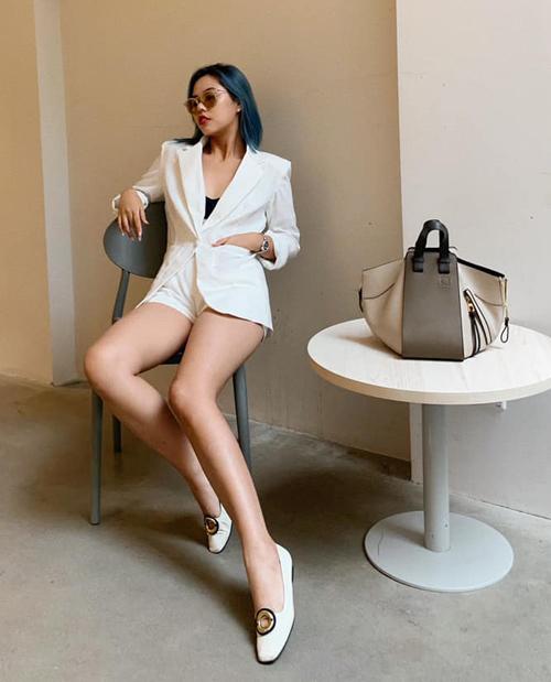 Với gương mặt sắc sảo, lối biểu cảm cá tính, Rose Nguyễn thu hút hơn 23 nghìn lượt theo dõi trên Instagram. Cô thường xuyên nhận được những lời khen ngợi với street style không kém các hot girl.