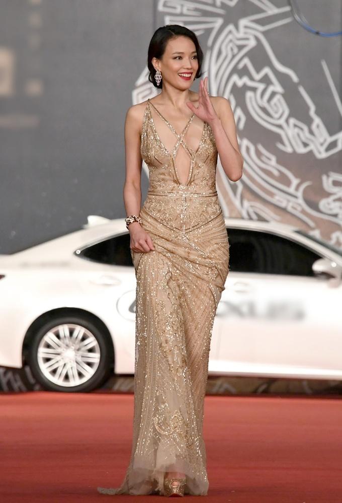 """<p> Vẻ tự tin, quyến rũ của người đẹp Đài Loan. Chiếc váy được """"gia cố"""" thêm hai dây đan chéo trước ngực giúp """"nâng đỡ"""" vòng một không bị hớ hênh.</p>"""