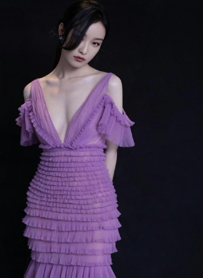 <p> Váy xẻ cổ sâu đến eo giúp làm nổi bật thân hình mảnh mai của Nghê Ni - người đẹp có gương mặt thời trang nhất châu Á.</p>