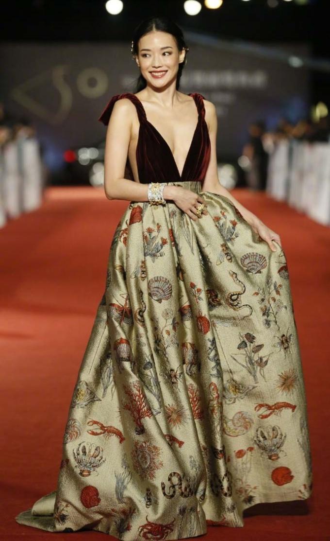 """<p> Thư Kỳ không ít lần gây """"bão"""" thảm đỏ với những bộ đầm kiệm vải phần thân trên. Kiểu trang phục này dễ bị hớ hênh nhưng Thư Kỳ vẫn chinh phục tốt. Nữ diễn viên được nhận xét """"lép mà vẫn gợi cảm"""".</p>"""