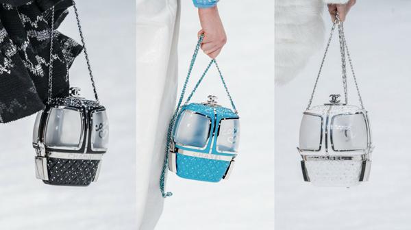Sản phẩm có 3 màu sắc là đen, xanh và trắng. Tuy có kiểu dáng vui nhộn, kích thước nhỏ như đồ chơi nhưng Gondola Lift Bag lại có mức giá trên trời. Khánh Linh tiết lộ đây là dòng túi siêu hiếm không dễ để sở hữu, giá bán lên tới hơn 500 triệu đồng.