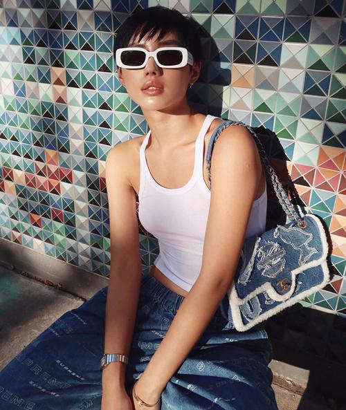 Nổi tiếng với nickname cô em trendy, Khánh Linh vốn có bộ sưu tập túi xách rất đồ sộ. Nhiều món trong đó đến từ thương hiệu đình đám Chanel.