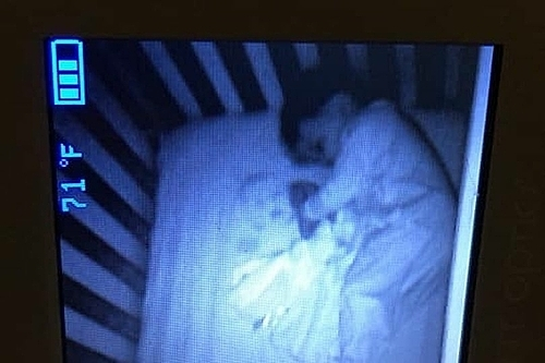 Em bé ma hiện trên camera...