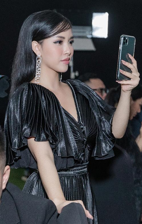 Vợ của Thế Bảo - hot girl Trang Pilla chọn trang phục tone đen huyền bí,khoe khéo đường nét cơ thể với chiếc đầm sequin cổ chữ V.Trang Pilla được khen vì cơ thể thongọn sau khi sinh.