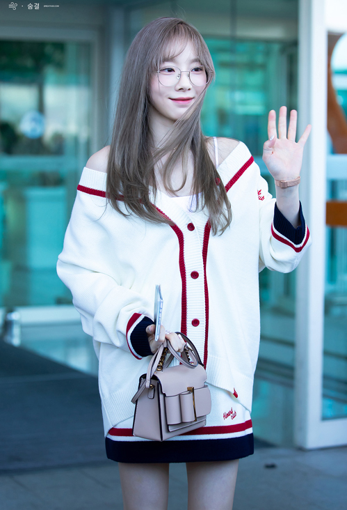 Taeyeon diện nguyên cây của Mix Mix, áo cardigan được cô nàng biến tấu thành áo trễ vai khiến set đồ mới lạ và điệu đà hơn.