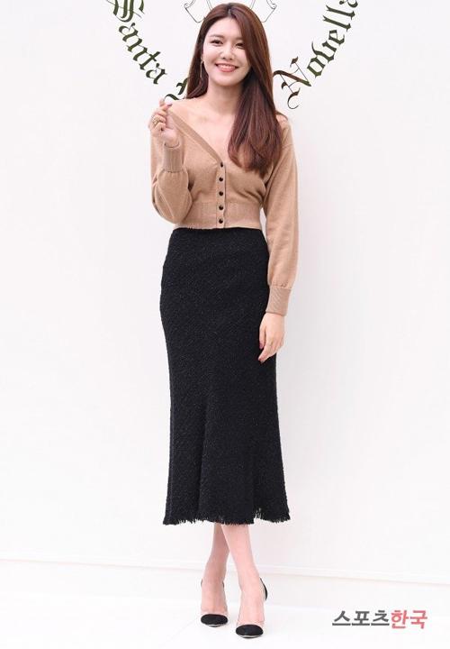 Cô bạn Sooyoung cũng có cùng tư tưởng khi mix áo cardigan lửng màu nude cùng chân váy đen dài.