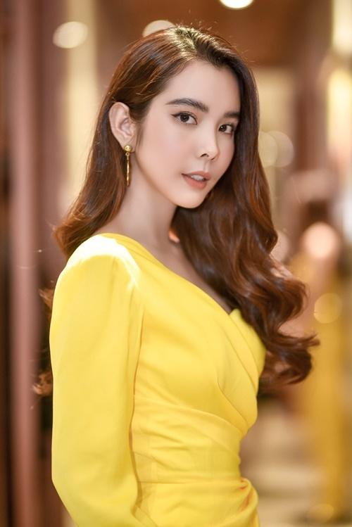 Nhan sắc của Huỳnh Vy sau một năm đăng quang Hoa hậu Đại sứ Du lịch Thế giới được nhận xét ngày càng mặn mà, quyến rũ. Cô cho biết bản thân thường xuyên tập yoga, ăn uống theo chế độ để duy trì vóc dáng.