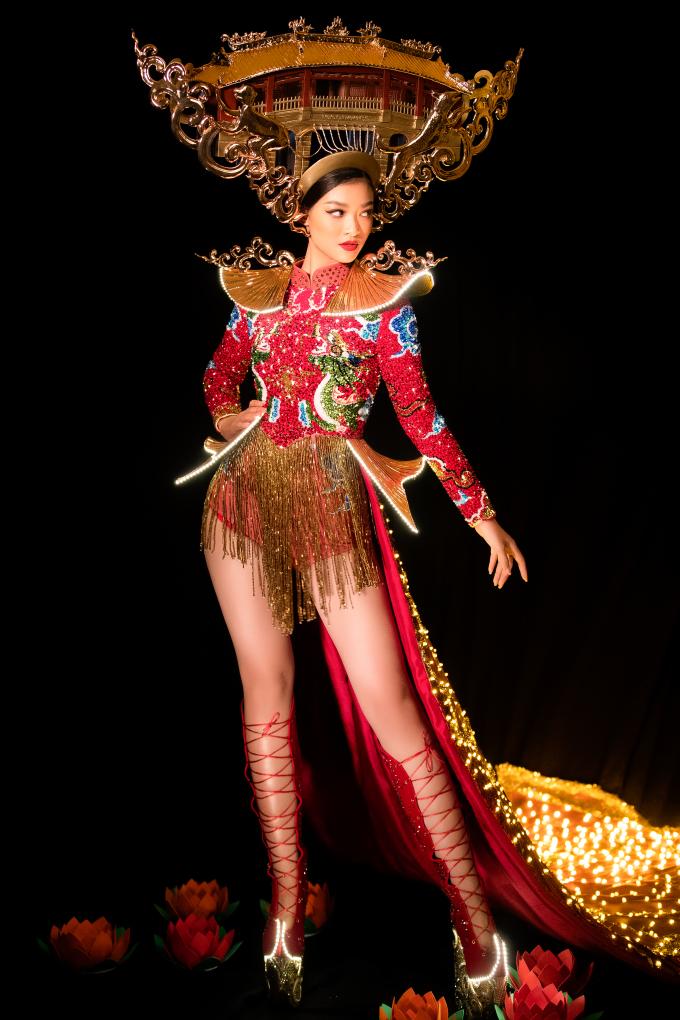 <p> Quốc phục lấy cảm hứng từ Chùa Cầu và đêm Hội An huyền diệu. Đây cũng là quê hương của Kiều Loan - Quảng Nam, cũng là một trong những danh thắng nổi bật, giàu giá trị văn hóa, lịch sử của Việt Nam.</p>