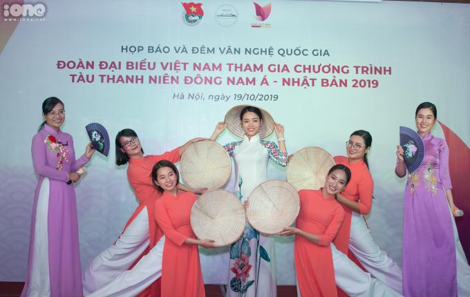 <p> Đoàn đại biểu chọn chủ đề <em>Dear Việt Nam</em> với thông điệp về tình cảm gắn bó với quê hương. Hình thức biểu diễn tương tự như vở nhạc kịch dài 75 phút, được kể qua góc nhìn của một cặp đôi yêu nhau từ khi còn ngồi trên ghế nhà trường đến khi đi làm, kết hôn.</p>