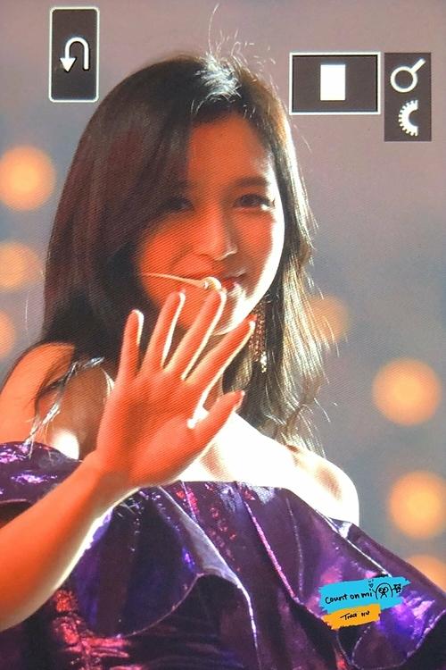 Mina mỉm cười, nhìn vào ống kính của fan.