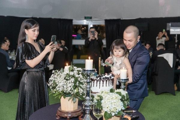 Thế Bảo bế con cùng thổi nến, cắt bánh. Với anh sinh nhật không chỉ là khoảng thời gian để tận hưởng cho bản thân mà còn là khoảnh khắc chia vui với người thân, bạn bè.