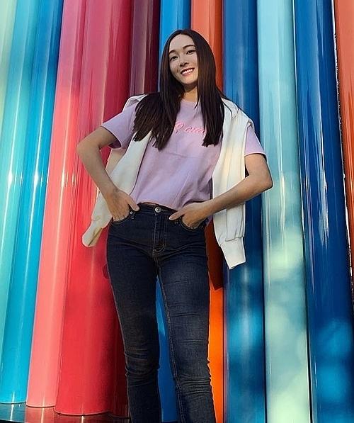 Jessica thường xuyên diện mốt áo cardigan choàng  hờ qua vai làm điểm nhấn cho set đồ đơn giản.