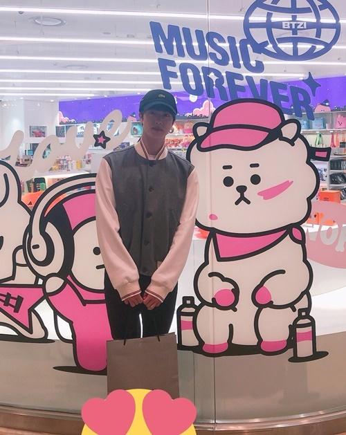 Jin đi dạo cửa hàng bán sản phẩm về các nhân vật BT21 do BTS thiết kế.