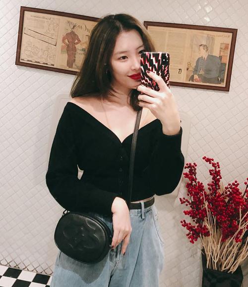 Sun Mi gợi cảm mà vẫn cá tính khi diện áo cardigan kiểu trễ vai đi kèm quần jeans.