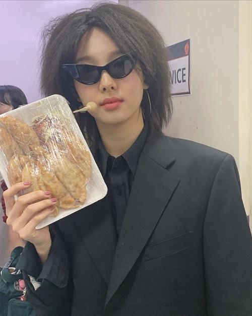 Na Yeon hóa trang hài hước trong buổi họp fan của Twice.
