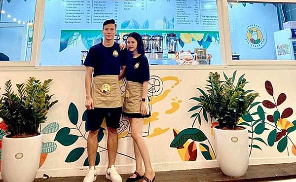 Hai vợ chồng Hải Quế tất bật ở tiệm trà chanh mới mở.