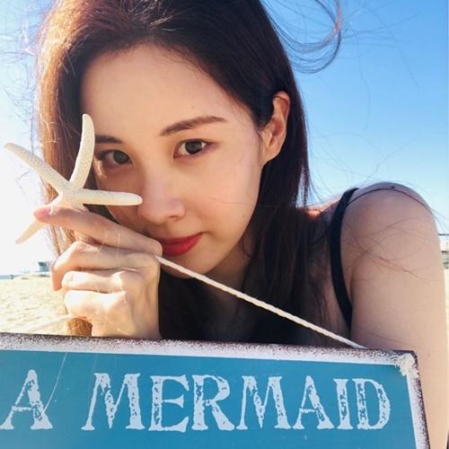 Seo Hyun như nàng tiên cá xinh đẹp trên bờ biển.