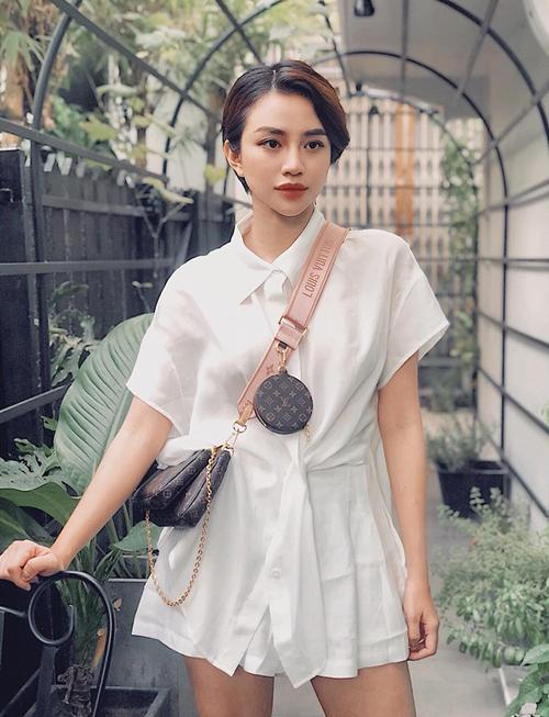 Thiên Nga diện đồ đơn giản hết cỡ giúp chiếc túi ba trong một Louis Vuitton Multi Pochette được tỏa sáng.